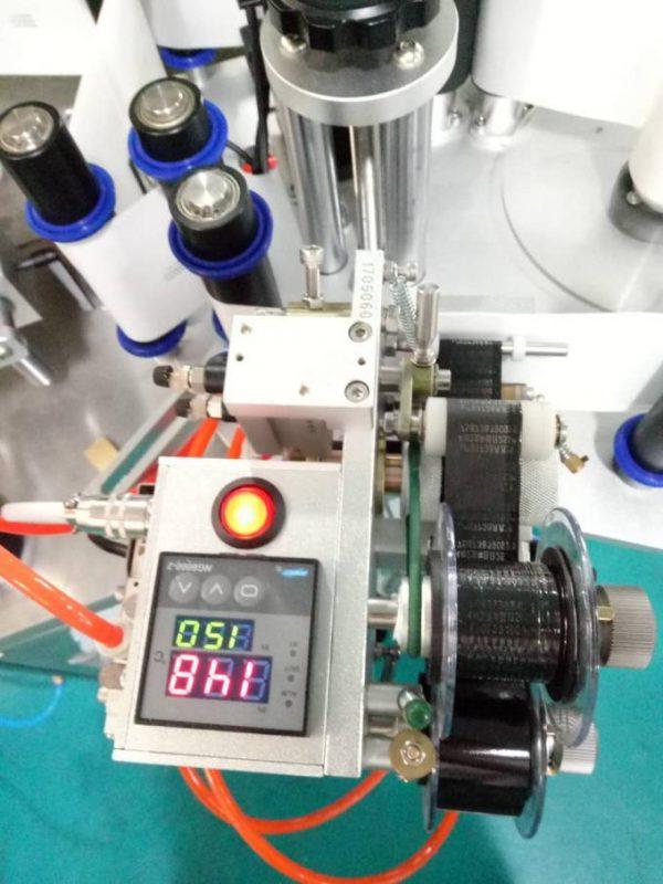 Označi automatsku mašinu za etiketiranje bočnih naljepnica Doubel s uređajem za pozivanje i strojem za kodiranje