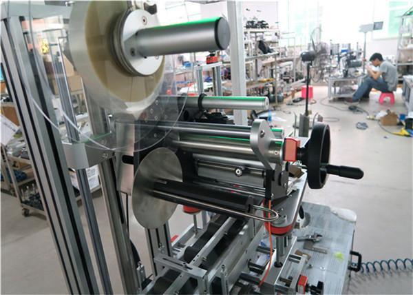 Stroj za automatsko naljepljivanje strojeva za naljepljivanje ravnih površina s transportnom / gornjom opremom za naljepnice